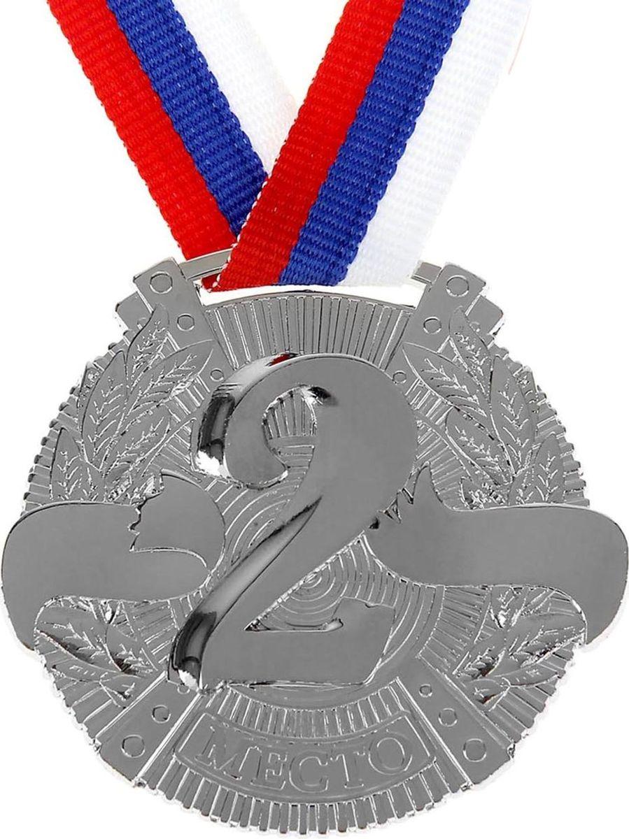 Медаль сувенирная 2 место, цвет: серебристый, диаметр 5 см. 0291040396Эта универсальная медаль с классическим, торжественным дизайном подойдёт для любых соревнований. вы сможете дополнить её персональной гравировкой или корпоративной символикой. Если вы захотите подчеркнуть важность домашнего или корпоративного спортивного мероприятия, оригинальным и запоминающимся итогом соревнований будет вручение медалей участникам и победителям. Характеристики:Диаметр медали: 5 см Ширина ленты: 1,5 см.