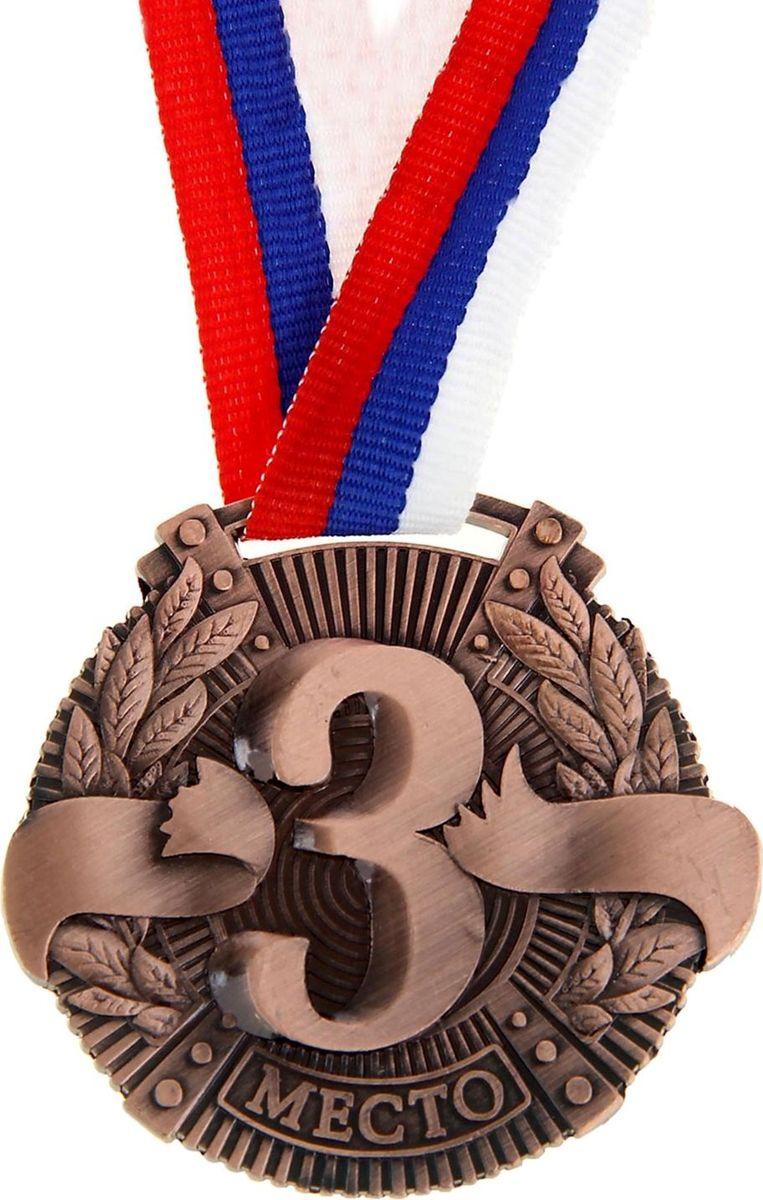 Медаль сувенирная 3 место, цвет: бронзовый, диаметр 5 см. 0292252346Эта универсальная медаль с классическим, торжественным дизайном подойдёт для любых соревнований. вы сможете дополнить её персональной гравировкой или корпоративной символикой. Если вы захотите подчеркнуть важность домашнего или корпоративного спортивного мероприятия, оригинальным и запоминающимся итогом соревнований будет вручение медалей участникам и победителям. Характеристики:Диаметр медали: 5 см Ширина ленты: 1,5 см.