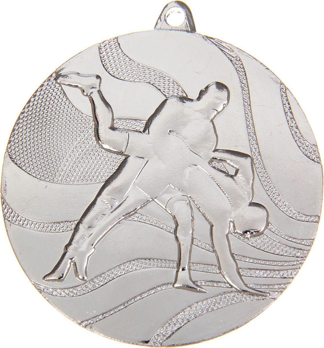 Медаль сувенирная Вольная борьба, цвет: серебристый, диаметр 5 см. 0401108671Заслуженный приз! Долгие изнурительные тренировки, напряжение перед соревнованием… Наконец ты вышел и показал всё, на что способен. И вот она — победа! — награда для настоящего чемпиона. Пусть каждый видит, кому именно сегодня покорился пьедестал. Блестящая награда на груди станет лучшим ответом скептикам и всегда будет напоминать, что упорный труд непременно вознаграждается. Наступит завтрашний день, и своё лидерство нужно будет доказывать заново. Ну а пока победитель сможет наслаждаться триумфом, глядя на эту медаль.Характеристики: Диаметр медали: 5 см Диаметр вкладыша (оборот): 4,5 см. Сверху расположено отверстие для крепления ленты.
