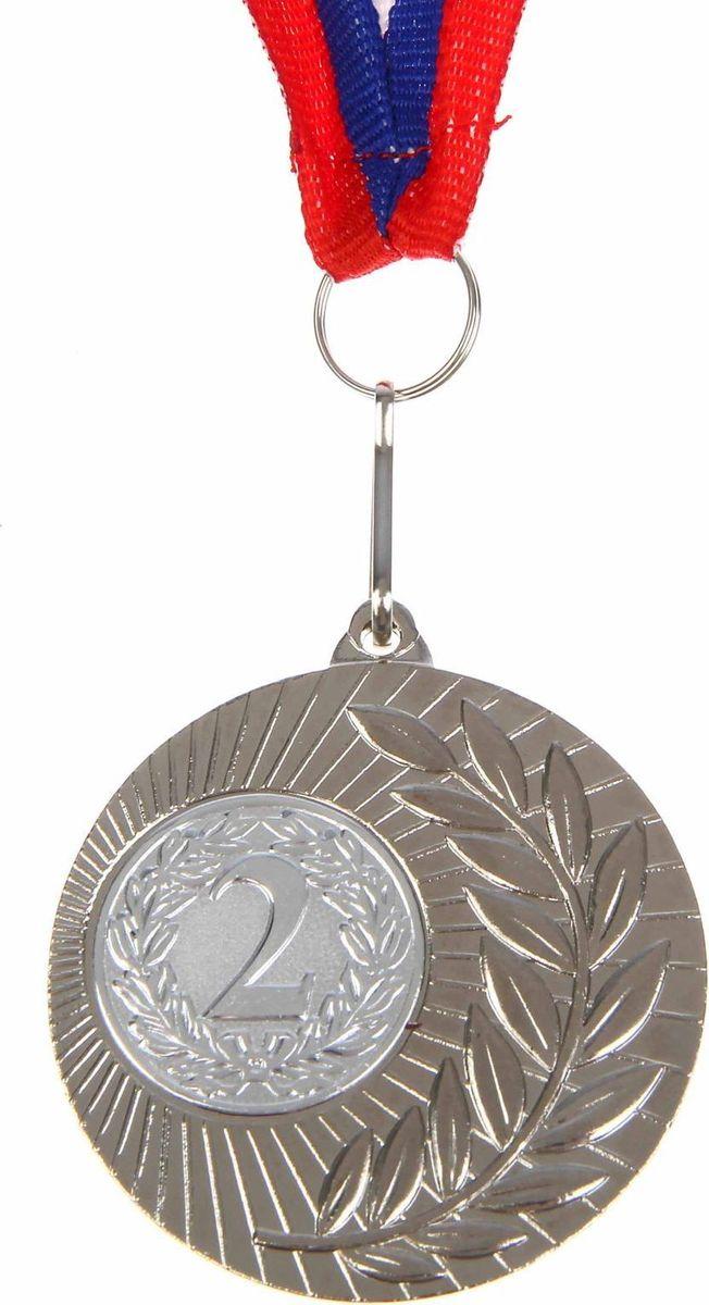 Медаль сувенирная 2 место, цвет: серебристый, диаметр 5 см. 0231108680Дизайн медали дополнен изображением лавра, ведь со времен греко-римской древности его ветви — символ славы, победы или мира. Эту награду вы сможете дополнить персональной гравировкой или корпоративной символикой. Если вы захотите подчеркнуть важность домашнего или корпоративного спортивного мероприятия, оригинальным и запоминающимся итогом соревнований будет вручение медалей участникам и победителям. Характеристики:Диаметр медали: 5 см Диаметр вкладыша (оборот): 3,5 см Ширина ленты: 2,5 см.