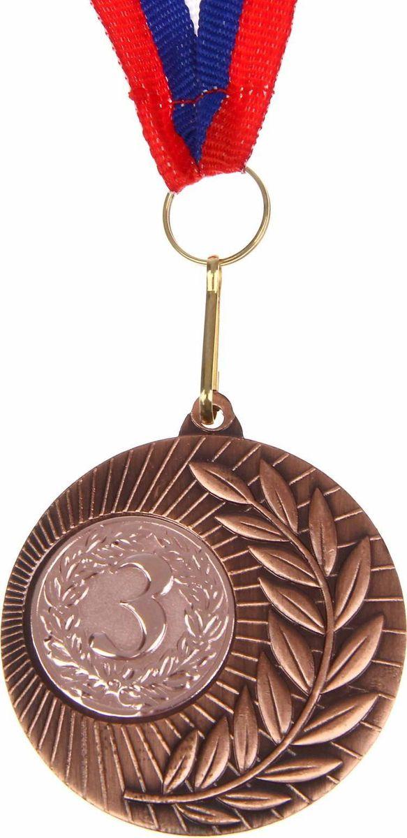 Медаль сувенирная 3 место, цвет: бронзовый, диаметр 5 см. 0231108681Дизайн медали дополнен изображением лавра, ведь со времен греко-римской древности его ветви — символ славы, победы или мира. Эту награду вы сможете дополнить персональной гравировкой или корпоративной символикой. Если вы захотите подчеркнуть важность домашнего или корпоративного спортивного мероприятия, оригинальным и запоминающимся итогом соревнований будет вручение медалей участникам и победителям. Характеристики:Диаметр медали: 5 см Диаметр вкладыша (оборот): 3,5 см Ширина ленты: 2,5 см.