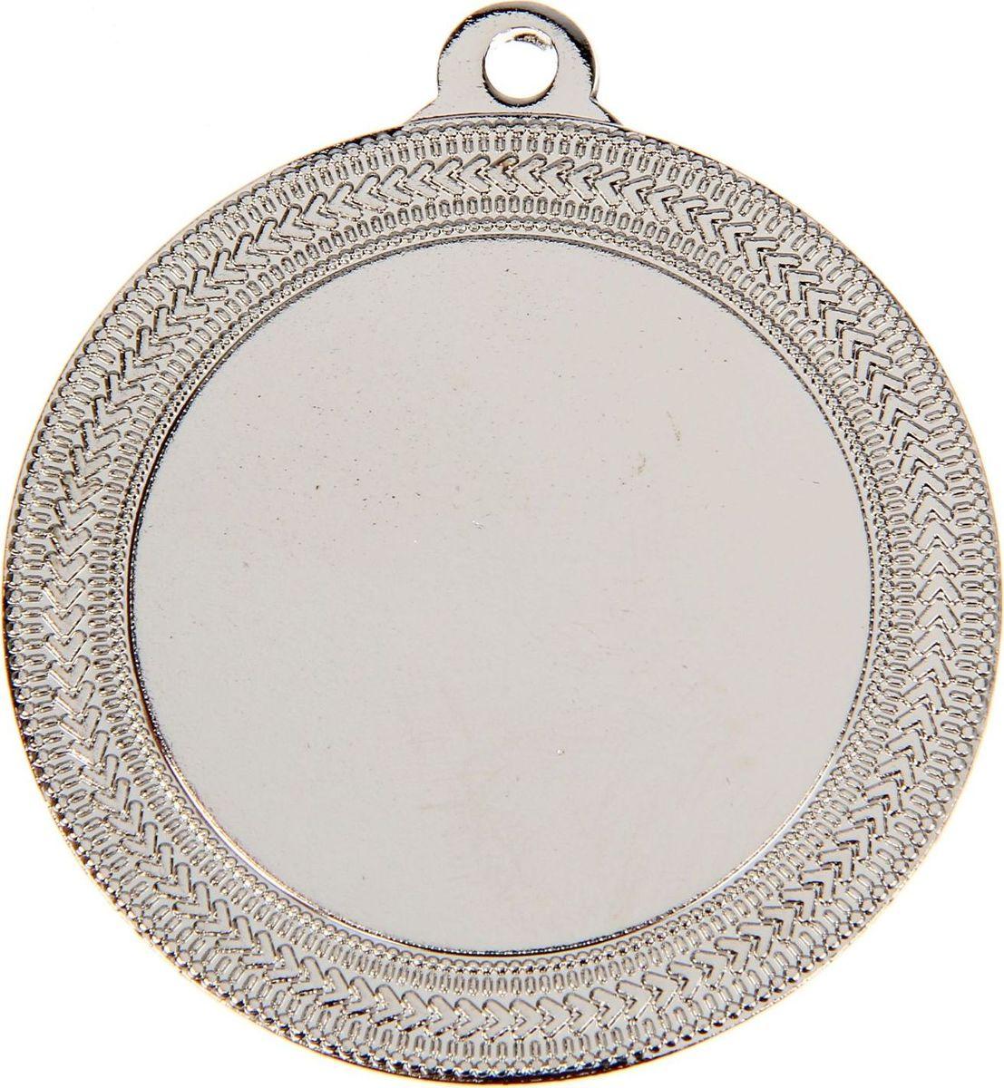 Медаль сувенирная с местом для гравировки, цвет: серебристый, диаметр 5,5 см. 0351253534Медаль вручается лишь тем, кто проявил настойчивость и волю к победе, ведь такое событие должно оставаться в памяти на долгие годы. Эта награда изготовлена из металла и украшена стильным орнаментом. Характеристики:Диаметр медали: 5,5 см Диаметр вкладыша (лицо): 4 см Диаметр вкладыша (оборот): 5 см.