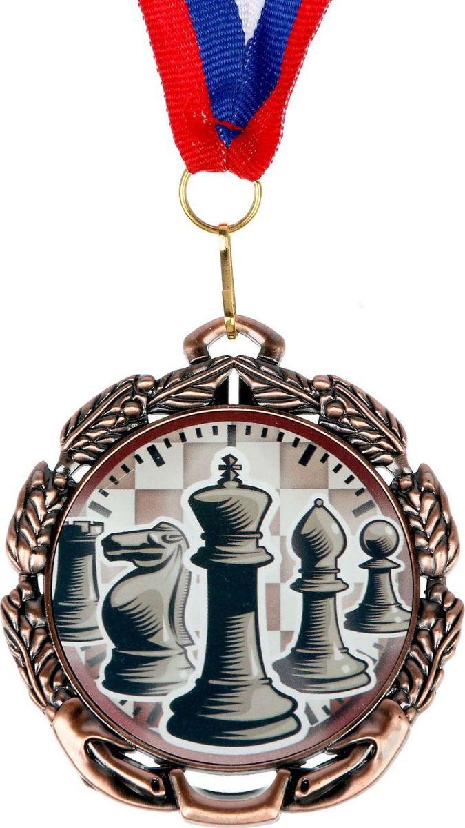 Медаль сувенирная Шахматы, цвет: бронзовый, диаметр 6,5 см. 0471371156Заслуженный приз! Долгие изнурительные тренировки, напряжение перед соревнованием… Наконец ты вышел и показал всё, на что способен. И вот она — победа! — награда для настоящего чемпиона. Пусть каждый видит, кому именно сегодня покорился пьедестал. Блестящая награда на груди станет лучшим ответом скептикам и всегда будет напоминать, что упорный труд непременно вознаграждается. Наступит завтрашний день, и своё лидерство нужно будет доказывать заново. Ну а пока победитель сможет наслаждаться триумфом, глядя на эту медаль.Характеристики: Диаметр медали: 6,5 см Диаметр вкладыша (оборот): 4,8 см Ширина ленты: 2 см.