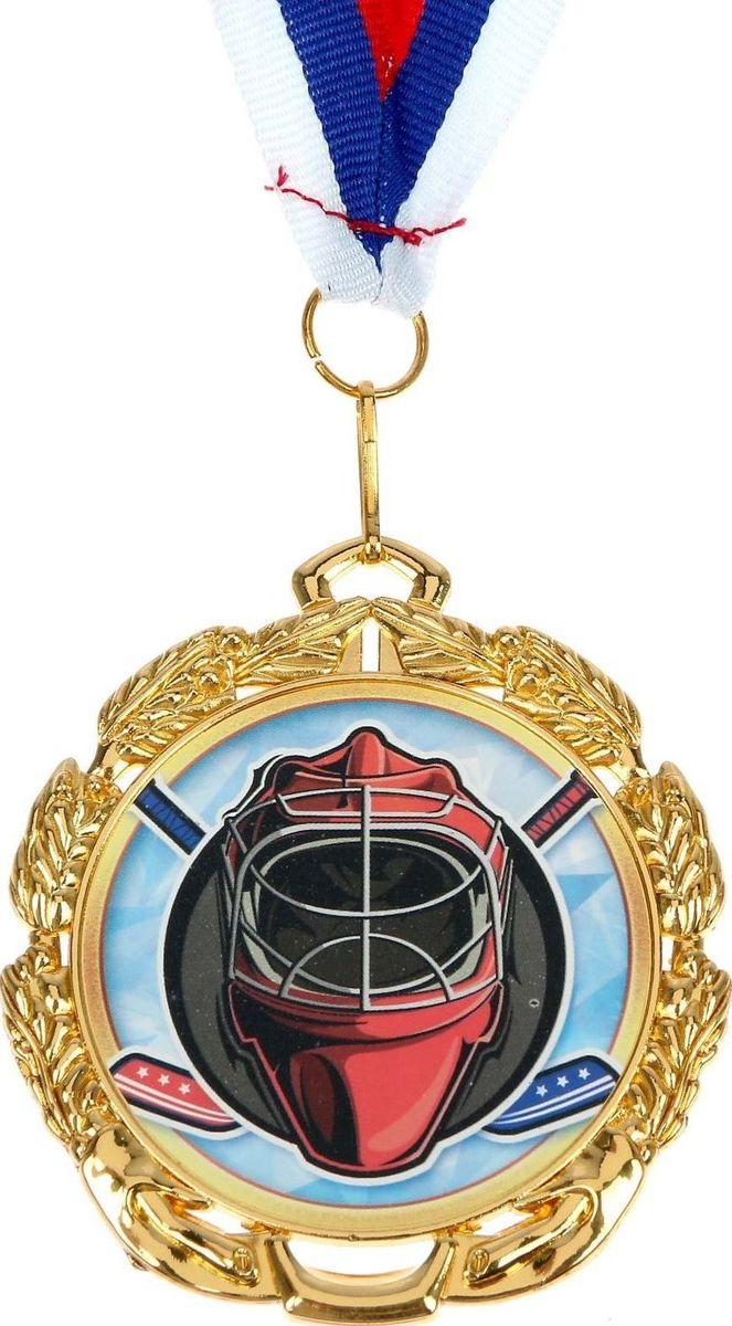 Медаль сувенирная Хоккей, цвет: золотистый, диаметр 6,5 см. 050506976Медаль - знак отличия, которым награждают самых достойных. Она вручается лишь тем, кто проявил настойчивость и волю к победе. Каждоедостижение - это важное событие, которое должно остаться в памяти на долгие годы.Медаль тематическая Хоккей изготовлена из металла. В комплект входит лента цвета триколор, являющегося одним изгосударственных символов России.Диаметр медали: 6,5 см. Диаметр вкладыша (оборот): 4,8 см. Ширина ленты: 2 см.