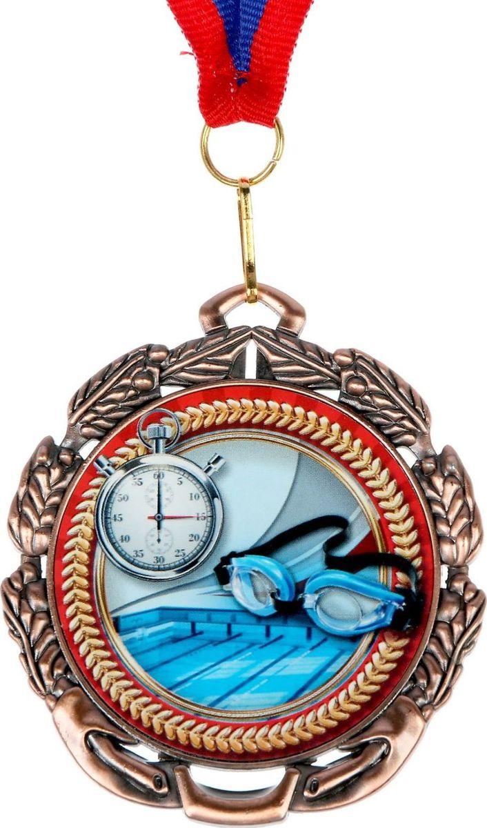 Медаль сувенирная Плавание, цвет: бронзовый, диаметр 6,5 см. 0541371177Заслуженный приз! Долгие изнурительные тренировки, напряжение перед соревнованием… Наконец ты вышел и показал всё, на что способен. И вот она — победа! — награда для настоящего чемпиона. Пусть каждый видит, кому именно сегодня покорился пьедестал. Блестящая награда на груди станет лучшим ответом скептикам и всегда будет напоминать, что упорный труд непременно вознаграждается. Наступит завтрашний день, и своё лидерство нужно будет доказывать заново. Ну а пока победитель сможет наслаждаться триумфом, глядя на эту медаль.Характеристики: Диаметр медали: 6,5 см Диаметр вкладыша (оборот): 4,8 см Ширина ленты: 2 см.
