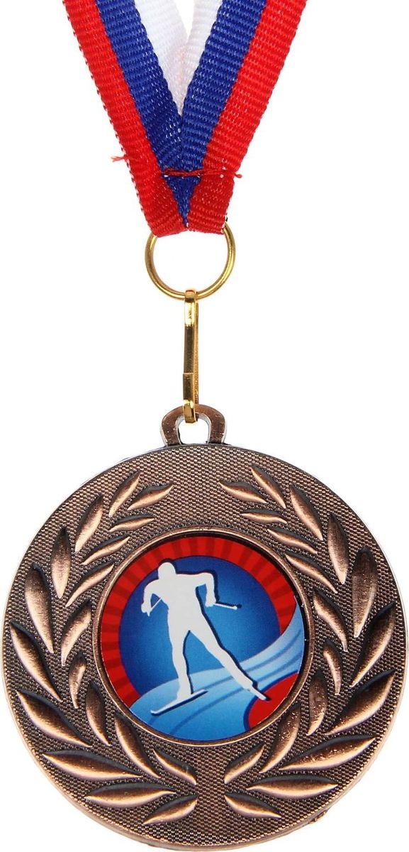 Медаль сувенирная Лыжи, цвет: бронзовый, диаметр 5 см. 0711390576Медаль — знак отличия, которым награждают самых достойных. Она вручается лишь тем, кто проявил настойчивость и волю к победе. Каждое достижение — это важное событие, которое должно остаться в памяти на долгие годы. изготовлена из металла, в комплект входит лента цвета триколор, являющегося одним из государственных символов России.Характеристики: Диаметр медали: 5 см Диаметр вкладыша (оборот): 4,5 см Ширина ленты: 1,5 см.