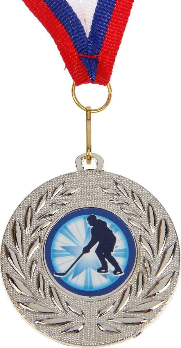 Медаль сувенирная Хоккей, цвет: серебристый, диаметр 5 см. 0771390581Медаль — знак отличия, которым награждают самых достойных. Она вручается лишь тем, кто проявил настойчивость и волю к победе. Каждое достижение — это важное событие, которое должно остаться в памяти на долгие годы. изготовлена из металла, в комплект входит лента цвета триколор, являющегося одним из государственных символов России.Характеристики: Диаметр медали: 5 см Диаметр вкладыша (оборот): 4,5 см Ширина ленты: 1,5 см.