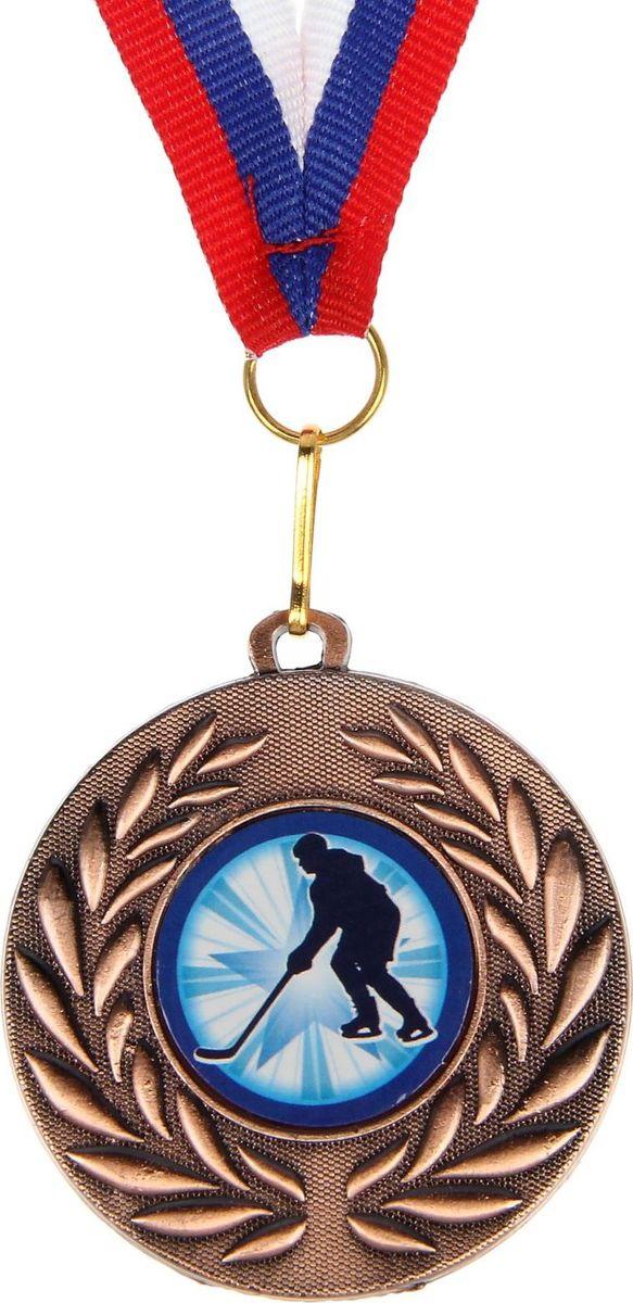 Медаль сувенирная Хоккей, цвет: бронзовый, диаметр 5 см. 0771390582Медаль — знак отличия, которым награждают самых достойных. Она вручается лишь тем, кто проявил настойчивость и волю к победе. Каждое достижение — это важное событие, которое должно остаться в памяти на долгие годы. изготовлена из металла, в комплект входит лента цвета триколор, являющегося одним из государственных символов России.Характеристики: Диаметр медали: 5 см Диаметр вкладыша (оборот): 4,5 см Ширина ленты: 1,5 см.