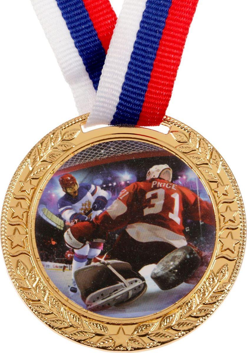 Медаль сувенирная Хоккей, цвет: золотистый, диаметр 5 см. 1001481542Медаль - знак отличия, которым награждают самых достойных. Она вручается лишь тем, кто проявил настойчивость и волю к победе. Каждоедостижение - это важное событие, которое должно остаться в памяти на долгие годы.Медаль тематическая Хоккей изготовлена из металла. В комплект входит лента цвета триколор, являющегося одним из государственныхсимволов России.Диаметр медали: 5 см.