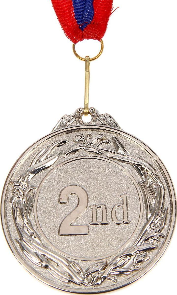 """Медаль — знак отличия, которым награждают самых достойных. Она вручается лишь тем, кто проявил настойчивость и волю к победе. Каждое достижение — это важное событие, которое должно остаться в памяти на долгие годы. Медаль призовая d=6,5 см """"2 место"""", цвет серебро изготовлена из металла, в комплект входит лента цвета """"триколор"""", являющегося одним из государственных символов России.Характеристики:  Диаметр медали: 6,5 см Диаметр вкладыша (оборот): 4,5 х 2,5 см Ширина ленты: 2,5 см."""