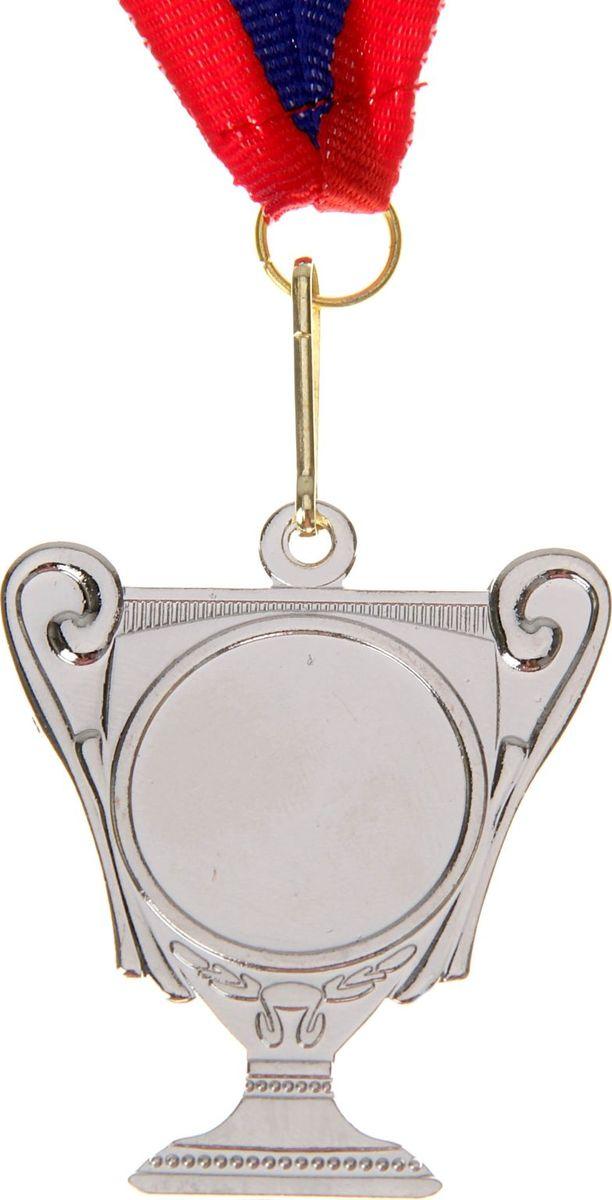 Медаль сувенирная с местом для гравировки, цвет: серебристый, диаметр 5,5 см. 003506944Медаль-кубок выгодно отличается от других изделий своей оригинальной и редкой формой. Эту награду вы сможете дополнить персональной гравировкой или корпоративной символикой.Если необходимо подчеркнуть важность домашнего или корпоративного спортивного мероприятия, то оригинальным и запоминающимся итогом соревнований будет вручение медалей участникам и победителям. ХарактеристикиРазмер медали: 4,5 х 5,5 см. Диаметр вкладыша (лицевая сторона): 2,5 см. Ширина ленты: 2,5 см.