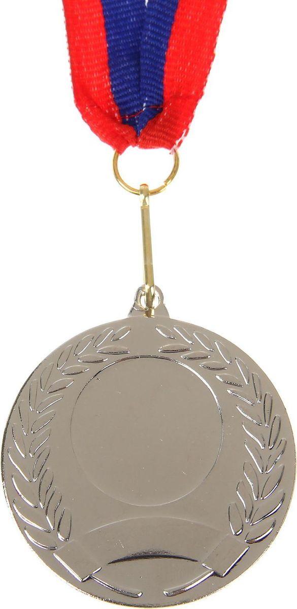Медаль сувенирная с местом для гравировки, цвет: серебристый, диаметр 5 см. 005507602Наши медали станут достойной наградой за заслуженную победу. Дизайн сувенира дополнен лавровой ветвью — символом славы и мира. Медаль выполнена из металла и дополнена лентой с триколором. На изделии есть место для вашей гравировки на лицевой стороне и обороте. Характеристики Диаметр медали — 5 см. Толщина ленты — 2,5 см. Диаметр гравировки на лицевой стороне — 2,4 см. Диаметр гравировки на обратной стороне — 5 см.