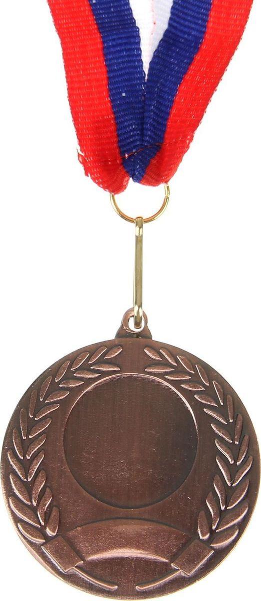 Медаль сувенирная с местом для гравировки, цвет: бронзовый, диаметр 5 см. 005507603Наши медали станут достойной наградой за заслуженную победу. Дизайн сувенира дополнен лавровой ветвью — символом славы и мира. Медаль выполнена из металла и дополнена лентой с триколором. На изделии есть место для вашей гравировки на лицевой стороне и обороте. Характеристики Диаметр медали — 5 см. Толщина ленты — 2,5 см. Диаметр гравировки на лицевой стороне — 2,4 см. Диаметр гравировки на обратной стороне — 5 см.