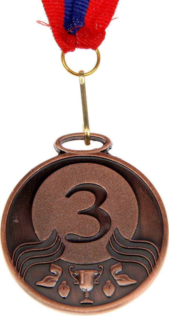 Медаль сувенирная 3 место, цвет: бронзовый, диаметр 5 см. 012507627Медаль — знак отличия, которым награждают самых достойных. Она вручается лишь тем, кто проявил настойчивость и волю к победе. Каждое достижение — это важное событие, которое должно остаться в памяти на долгие годы. Медаль призовая d=5 см 3 место, цвет бронза изготовлена из металла, в комплект входит лента цвета триколор, являющегося одним из государственных символов России. Характеристики:Диаметр медали: 5 см Диаметр вкладыша (оборот): 4,5 см Ширина ленты: 2,5 см.