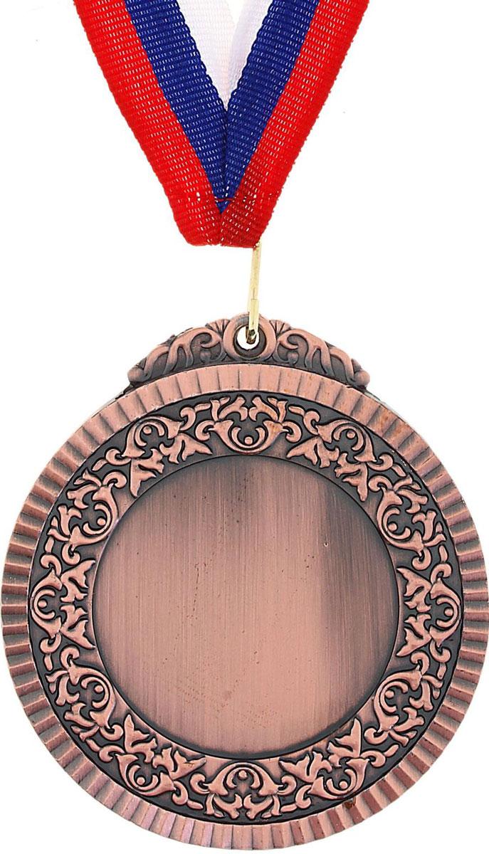 Медаль сувенирная с местом для гравировки, цвет: бронзовый, диаметр 8,5 см. 017507660Эта универсальная медаль с классическим дизайном подойдёт для любых соревнований. вы сможете дополнить её персональной гравировкой или корпоративной символикой.Если необходимо подчеркнуть важность домашнего или корпоративного спортивного мероприятия, то оригинальным и запоминающимся итогом соревнований будет вручение медалей участникам и победителям. Характеристики Диаметр медали: 8,5 см. Диаметр вкладыша (лицевая сторона): 5 см. Диаметр вкладыша (оборот): 5 см. Ширина ленты: 2,5 см.