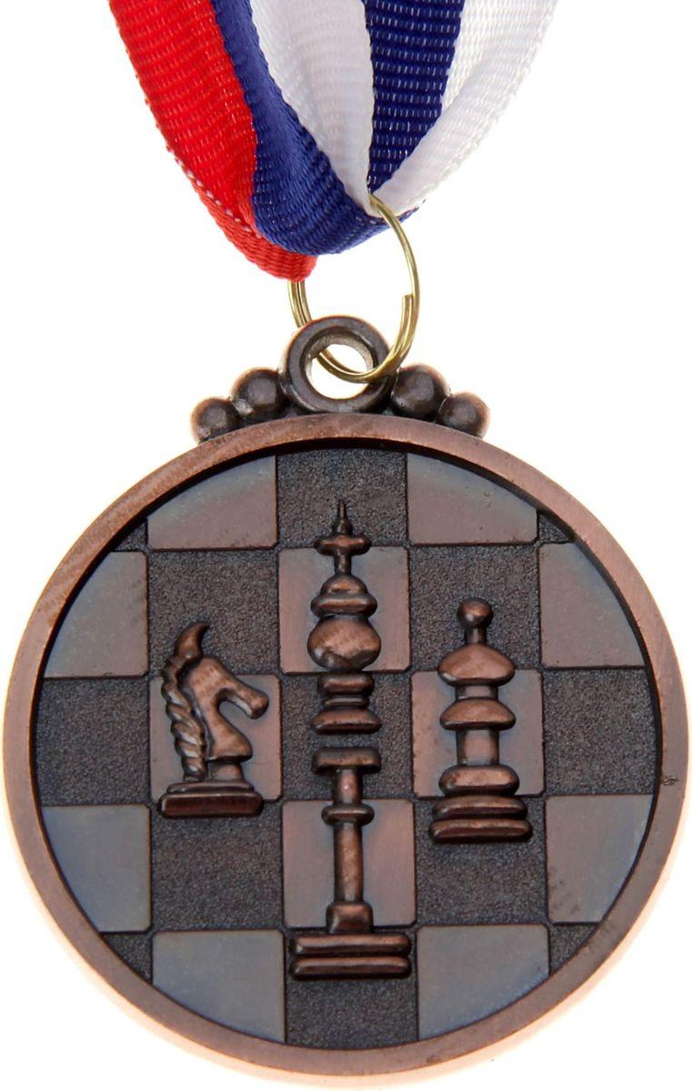 Медаль сувенирная Шахматы, цвет: бронзовый, диаметр 5 см. 017545034Медаль — знак отличия, которым награждают самых достойных. Она вручается лишь тем, кто проявил настойчивость и волю к победе. Каждое достижение — это важное событие, которое должно остаться в памяти на долгие годы. Медаль тематическая Шахматы d=5 см, цвет бронза изготовлена из металла, в комплект входит лента цвета триколор, являющегося одним из государственных символов России.Характеристики:Диаметр медали: 5 см Диаметр вкладыша (оборот): 4 см Ширина ленты: 2,5 см.