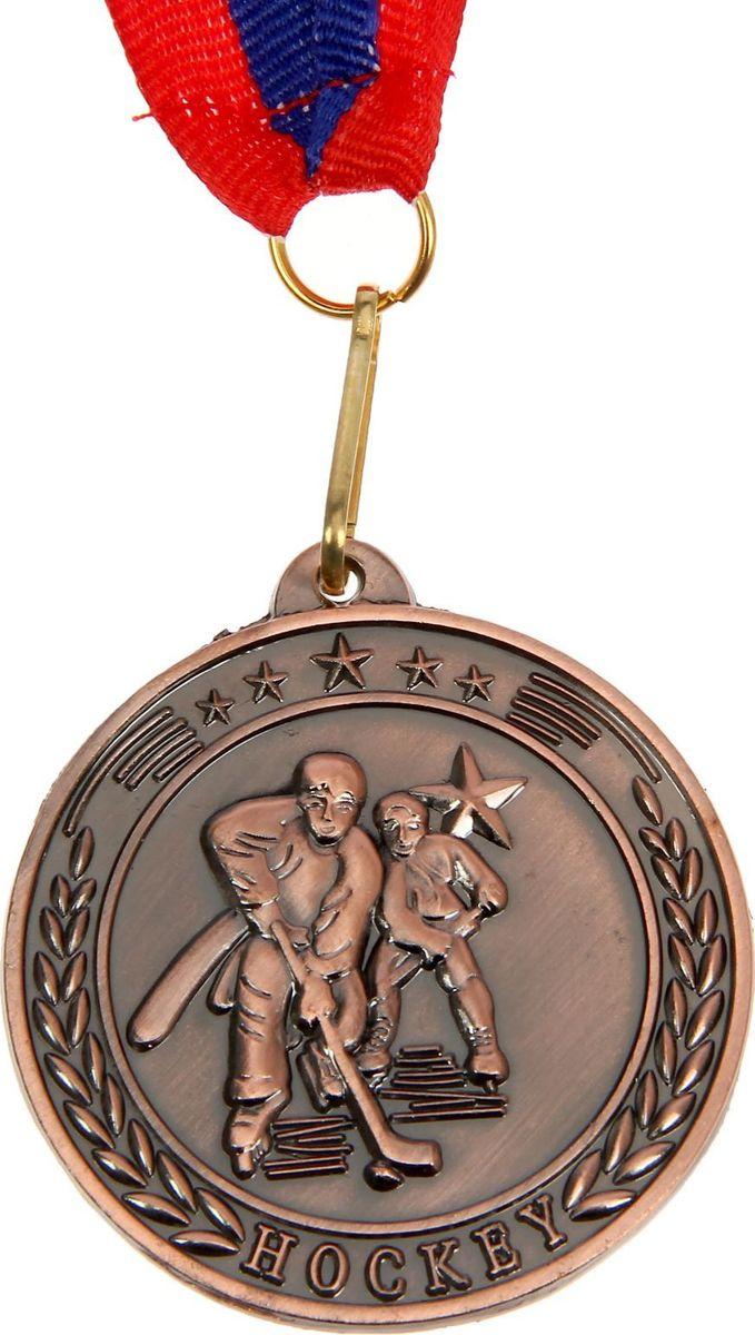 Медаль сувенирная Хоккей, цвет: бронзовый, диаметр 5 см. 020835322Медаль — знак отличия, которым награждают самых достойных. Она вручается лишь тем, кто проявил настойчивость и волю к победе. Каждое достижение — это важное событие, которое должно остаться в памяти на долгие годы. Медаль тематическая Хоккей d=5 см, цвет бронза изготовлена из металла, в комплект входит лента цвета триколор, являющегося одним из государственных символов России. Характеристики:Диаметр медали: 5 см Диаметр вкладыша (оборот): 4,5 см Ширина ленты: 2,5 см.