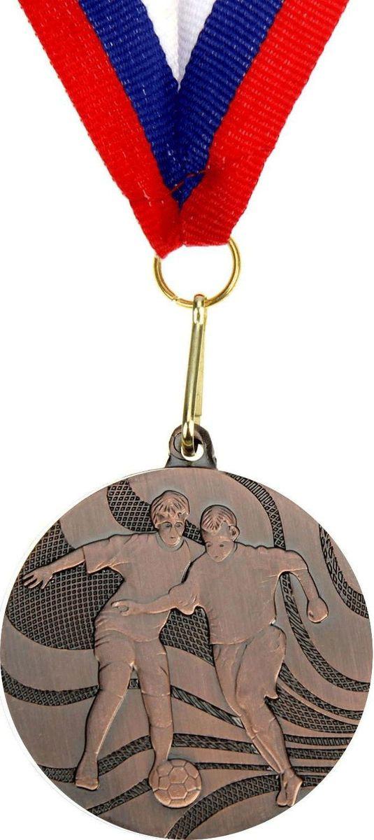 Медаль сувенирная Футбол, цвет: бронзовый, диаметр 5 см. 021835373Медаль — знак отличия, которым награждают самых достойных. Она вручается лишь тем, кто проявил настойчивость и волю к победе. Каждое достижение — это важное событие, которое должно остаться в памяти на долгие годы. Медаль тематическая Футбол d=5 см, цвет бронза изготовлена из металла, в комплект входит лента цвета триколор, являющегося одним из государственных символов России. Характеристики:Диаметр медали: 5 см Диаметр вкладыша (оборот): 4,5 см Ширина ленты: 2,5 см.