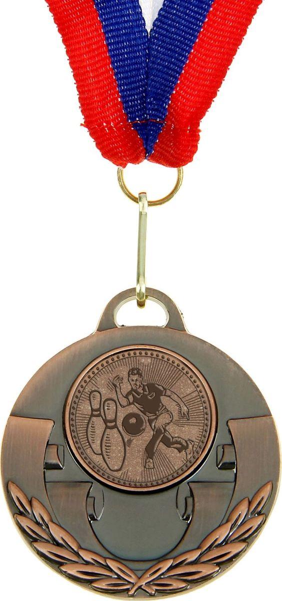 Медаль сувенирная Боулинг, цвет: бронзовый, диаметр 5 см. 030864149Медаль — знак отличия, которым награждают самых достойных. Она вручается лишь тем, кто проявил настойчивость и волю к победе. Каждое достижение — это важное событие, которое должно остаться в памяти на долгие годы. изготовлена из металла, в комплект входит лента цвета триколор, являющегося одним из государственных символов России.Характеристики:Диаметр медали: 5 см Диаметр вкладыша (оборот): 4 см Ширина ленты: 2,5 см.