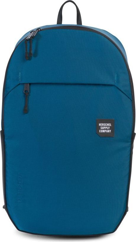 Рюкзак городской Herschel Mammoth Large, цвет: синий, черный, 25 л. 10322-01389-OS10322-01389-OSГородской рюкзак Mammoth Largeминималистичный и стильный, имеет объем 25 литров и массу дополнительных плюсов, которые позволяют назвать его практически идеальной городской моделью. Судите сами: прочный нейлон с усиленным основанием, влагозащита, защищенный карман для ноутбука, неопреновый чехол для ключей с карабином, карманы для бутылок, защитный чехол на случай дождя, контурные лямки и светоотражающие детали. Эргономичный дизайн.