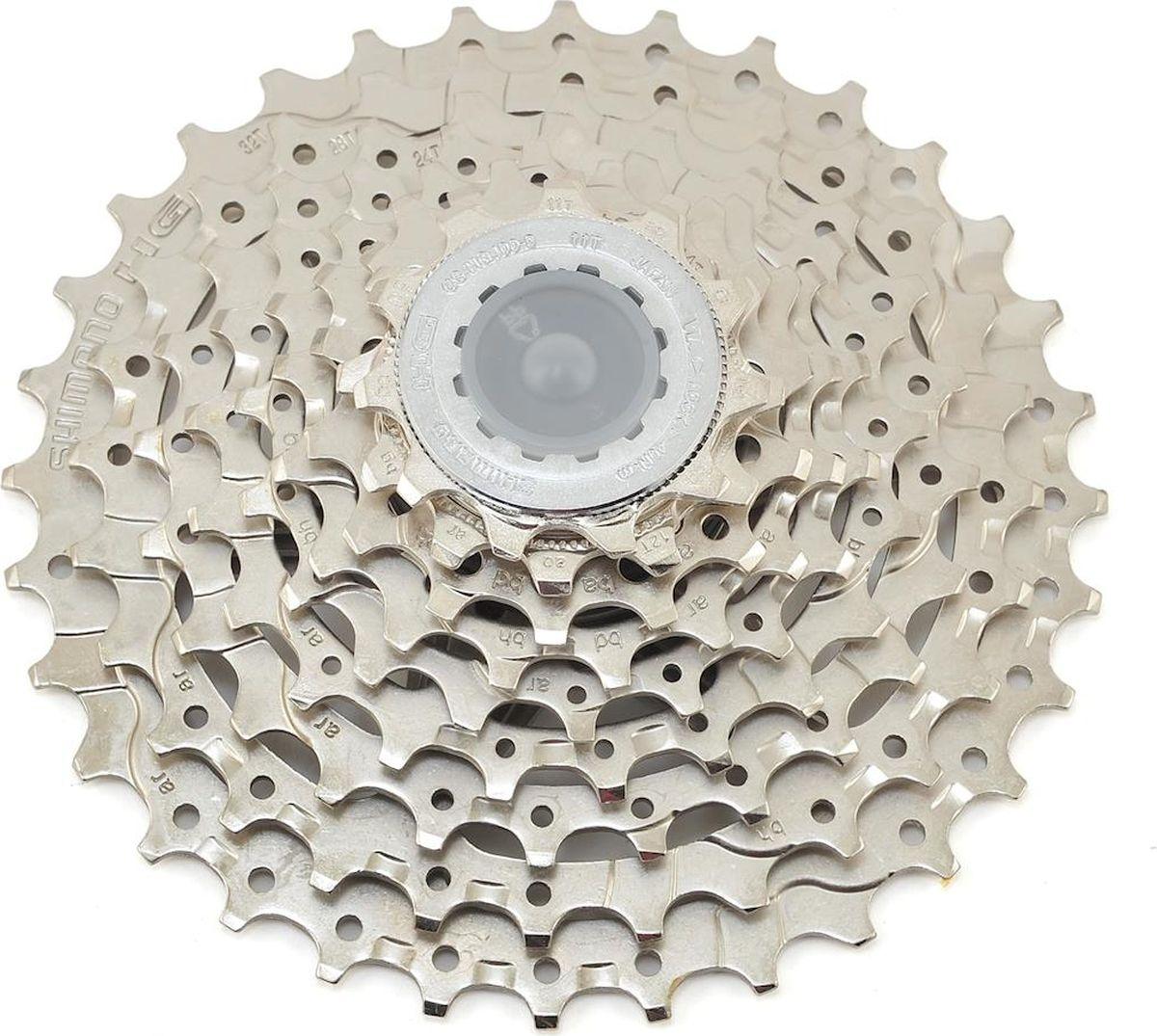 """Кассета Shimano """"HG400"""" обеспечивает четкое и быстрое переключение. Форму зубьев Hyperglide позволяет производить точное переключение скоростей даже под нагрузкой. Звезды просверлены для облегчения веса без потерь в жесткости. Подходит для велосипедов с диаметром колес 26""""/27,5""""/29""""."""
