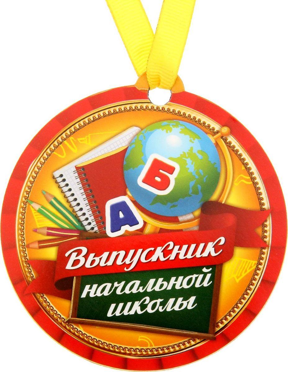 Медаль-магнит сувенирная Выпускник начальной школы, 8,5 х 9,2 см. 12217361221736Медаль-магнит — чудесный памятный сувенир. Медаль дополнена яркой лентой, благодаря которой её сразу же можно надеть на счастливого адресата. После торжества магнит легко разместить на любой металлической поверхности, например на холодильнике, где почётная награда будет радовать вас каждый день и не останется незамеченной.Медаль преподносится на красочной подложке, где написаны тёплые слова в адрес награждаемого.