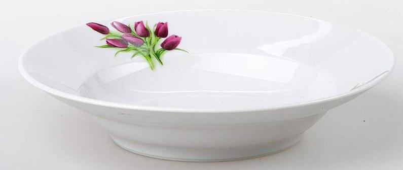 Тарелка глубокая Фарфор Вербилок Тюльпаны. 1587098015870980Каждому из нас известно, что такое тарелка, однако не каждый знаком с историей этой столовой посуды. Самые первые тарелки были изобретены человеком еще в эпоху неолита, однако, несмотря на то, что они изготовлялись из глины, их вид в те времена значительно отличался от современных. В античных Греции и Риме искусство изготовления керамической посуды достигло расцвета, тогда же в моду вошло разнообразное декорирование тарелок. Фарфоровые тарелки были родом из Китая и долгое время присутствовали только на королевских столах, до 1708 года, когда немецкие гончары раскрыли китайский секрет и смогли открыть для Европы чудесный мир фарфоровых изделий. Сегодня фарфоровые тарелки есть в каждом доме, и каждая хозяйка может подобрать декор сообразно кухонному гарнитуру или личным вкусам, которые постарались удовлетворить мастера фабрики «Мануфактуры Гарднеръ».