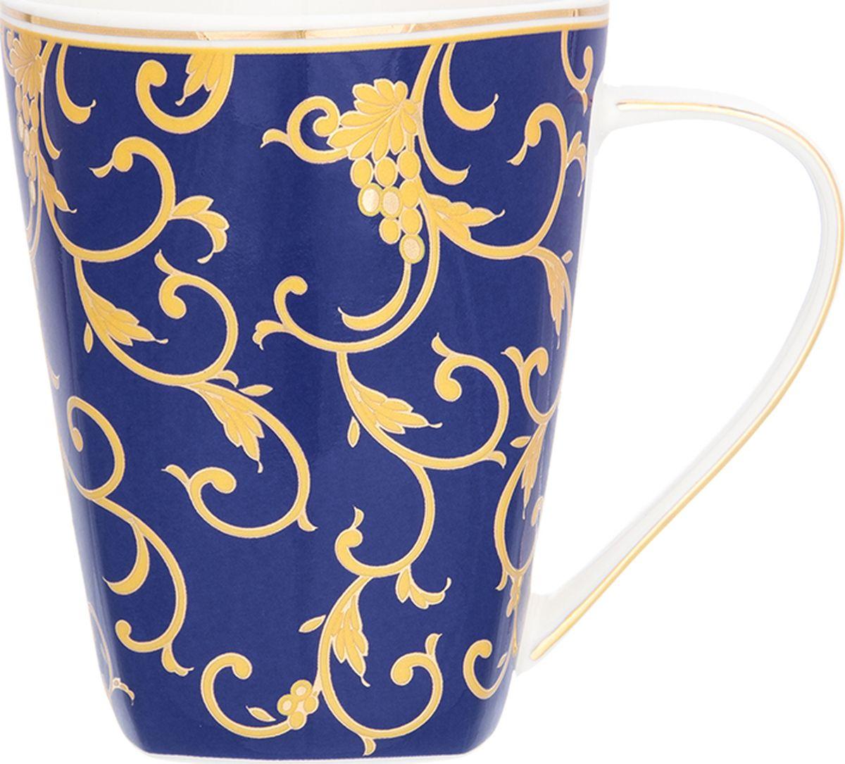 Кружка Elan Gallery Королевский узор на синем, высокая, 420 мл. 504134504134Кружка объемом 420 мл в подарочной упаковке станет прекрасным подарком и послужит верой и правдой в повседневной жизни. Подходят для любых горячих и холодных напитков, чая, кофе, какао.