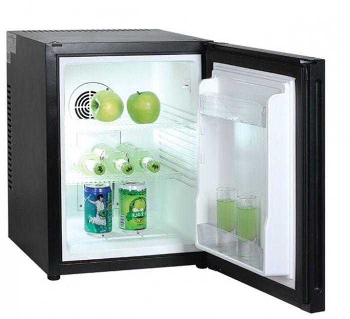 GASTRORAG BCH-40B, Black холодильникBCH-40BХолодильный шкаф (мини-бар) GASTRORAG BCH-40B является популярным оборудованием для гостиничного бизнеса. Работа устройства основана на термоэлектрическом (бескомпрессорном) принципе, диапазон регулировки температуры от 0°С до +8°С. Модель оснащена системой no frost, благодаря которой не требуется ручное оттаивание. Мини-бар оборудован глухой распашной дверцей, 2 полками-решетками и подсветкой.