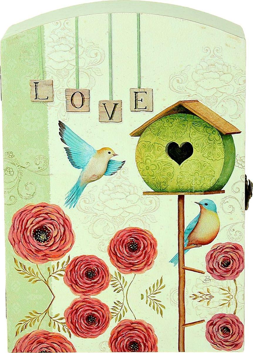 Ключница настенная Влюбленные птички, 29 х 20 х 7,5 см1029194Замечательная ключница Влюбленные птички станет оригинальным подарком вашей второй половинке, особенно если вы решились на ответственный шаг. Романтический вечер, только Вы, она и этот волшебный ларец, она открывает его, а там… ключ от вашей квартиры и два обручальных кольца — будьте уверены, ваша дама не устоит. Преподнесите эту ключницу вместе с ключом от вашего сердца!