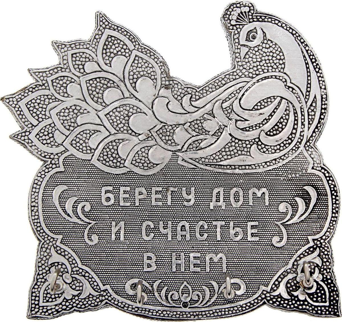 Ключница настенная NoName Берегу дом и счастье в нем, 16,5 х 15,8 х 3 см1259443Как важно, чтобы в доме все находилось на своих местах, особенно те вещи, которые имеют привычку пропадать в самый неподходящий момент. Например, ключи!Порядок в доме обеспечит прочное изделие, выполненное из крепкого алюминия и дерева. Узорчатая ключница в форме птицы принесет уют и счастье в ваш дом. Крепление на тыльной стороне позволяет легко прикрепить ее к стене. Изделие имеет 4 удобных крючка, и оформлена надписью Берегу дом и счастье в нем.Такая ключница станет и прекрасным подарком близким, и незаменимым украшением дома.