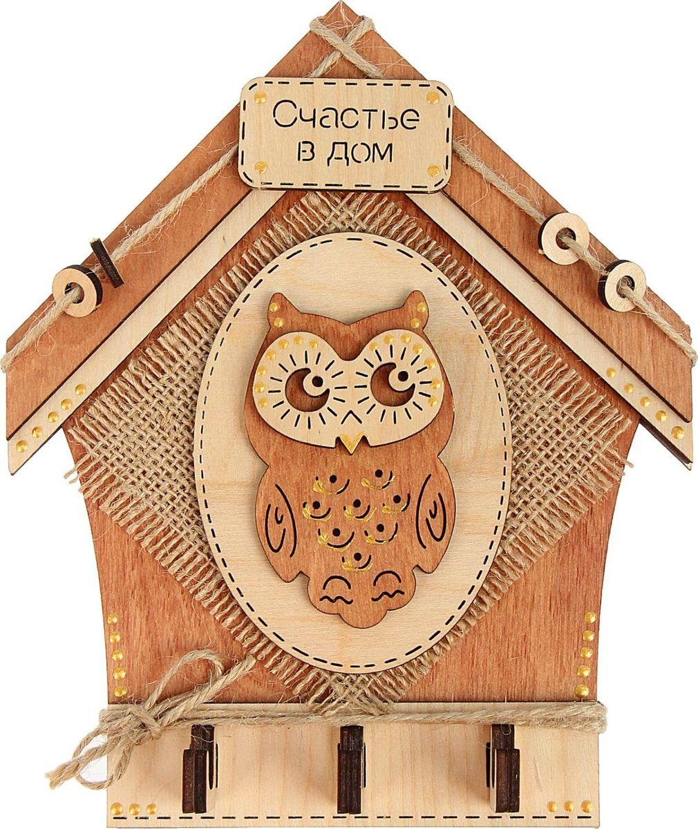 Ключница настенная Канышевы Счастье в дом, 17 х 20 см1409849Благодаря оригинальным ключницам эксклюзивного дизайна, вы никогда не потеряете свои ключи. Ключница выполнена из качественной фанеры с объёмным декором, такой дизайн несомненно украсит интерьер прихожей. Она имеет особый стиль для защиты и привлечение удачи в дом. На деревянную основу надежно крепятся крючки, а сама ключница легко монтируется на стену. Украсьте свой дом красивыми и функциональными мелочами!
