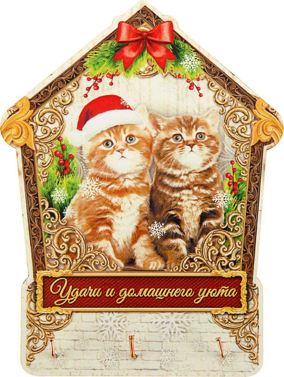 Ключница настенная Удачи и домашнего уюта, 14 х 14,5 х 1,5 см1461122Выбор подарка на Новый год остаётся для многих людей трудностью номер один. Ведь хороший презент должен быть не только красивым, но и полезным! Деревянная ключница Удачи и домашнего уюта — отличное решение. Яркий новогодний дизайн создаст праздничное настроение. А само изделие избавит вас от необходимости искать ключи, которые пропадают в самый неподходящий момент. Предмет выполнен из дерева и дополнен тремя металлическими крючками и креплением на обороте. Ключница упакована в картонную коробку, что обеспечит её сохранность при транспортировке. Такой сувенир станет прекрасным подарком близким или незаменимым элементом вашего интерьера!