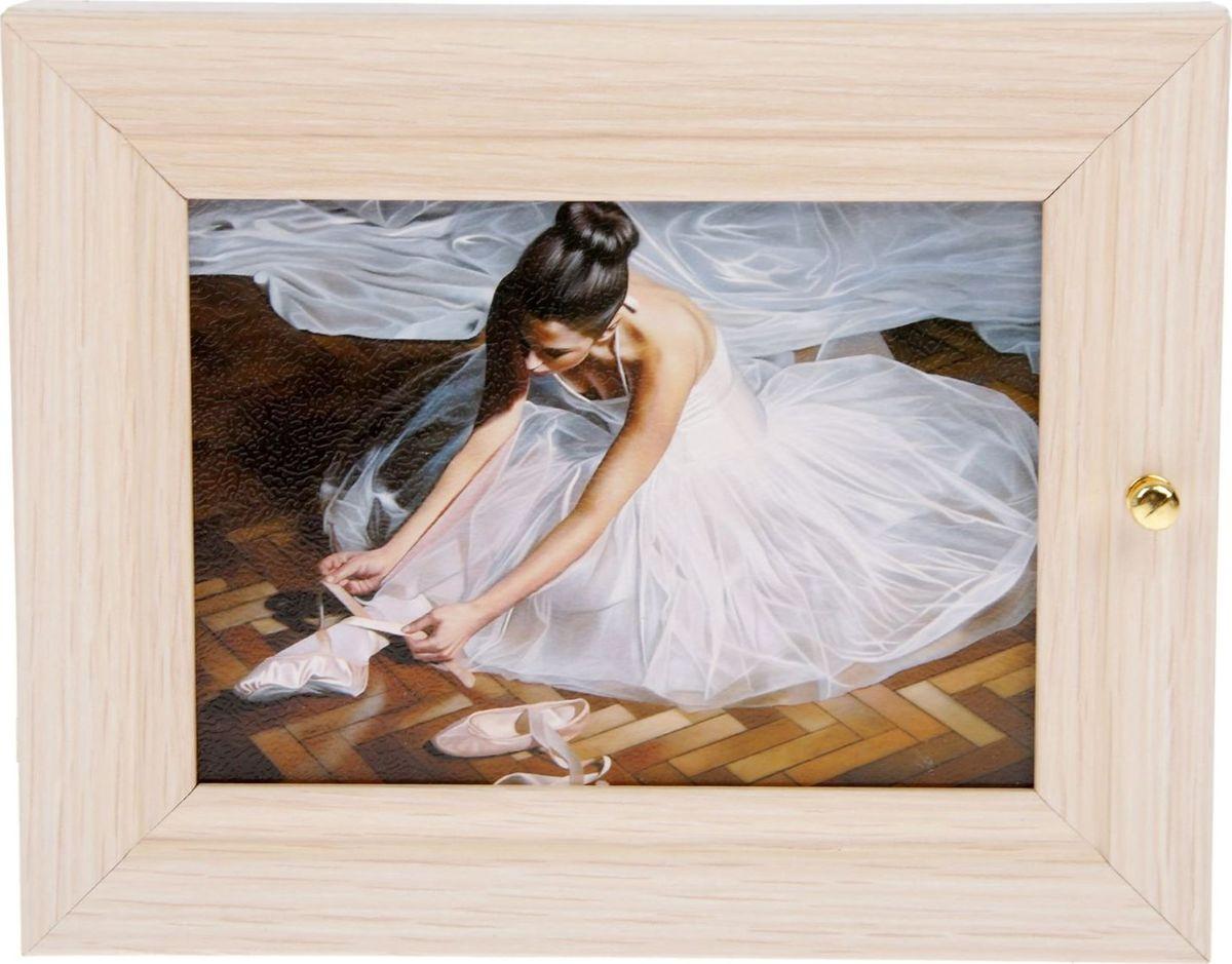 Ключница настенная Балерина, 19 х 24 см2049846Если вы отдаете предпочтение классической элегантности – ненавязчивой и вместе с тем очень стильной, эта изысканная ключница Балерина наверняка придется вам по душе. Она не только украсит стену прихожей, но и сэкономит ваше время: вешая ключи на ее крючочки, вы всегда будете помнить, где их оставили, и больше не придется искать их в утренней спешке по всему дому. Изделие выполнено из дерева. Приобретая такую вещицу, вы делаете выбор в пользу красоты и функциональности.