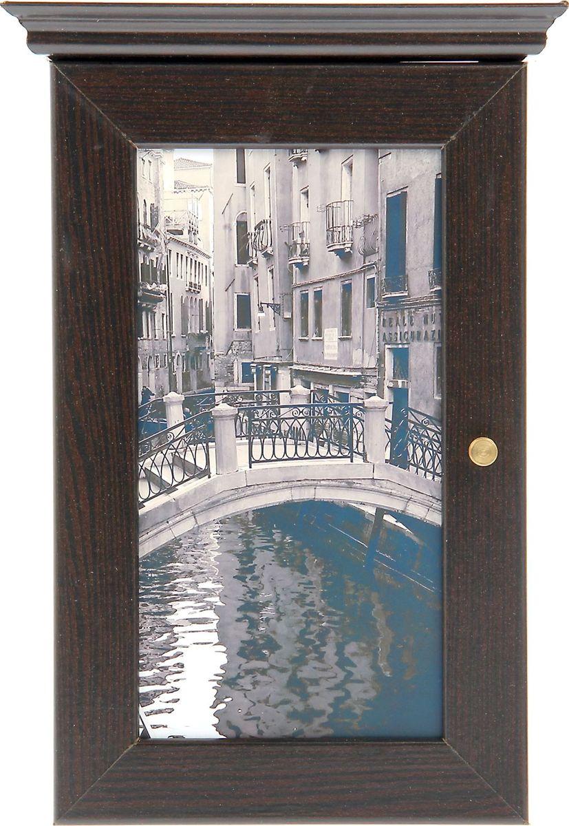 Ключница настенная АГТ-Профиль Каналы Венеции, цвет: черный, 28 х 16,5 х 5 см249932Если вы отдаете предпочтение классической элегантности – ненавязчивой и вместе с тем очень стильной, эта изысканная ключница от российского поставщика наверняка придется вам по душе. Она не только украсит стену прихожей, но и сэкономит ваше время: вешая ключи на её крючочки, вы всегда будете помнить, где их оставили, и больше не придется искать их в утренней спешке по всему дому. Приобретая такую вещицу, вы делаете выбор в пользу красоты и функциональности.