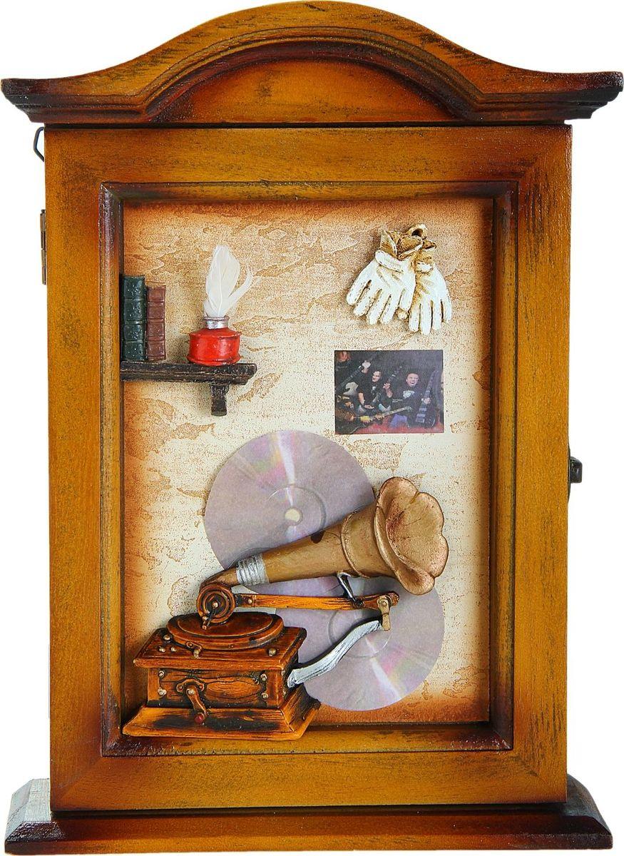 Ключница настенная Патефон, 29 х 21 х 7 см547913Если вы любите сочетание элегантности и удобства, такая ключница вряд ли останется без вашего внимания. Она поможет выработать полезную привычку не оставлять ключи ни на кухонном столе, ни на этажерке, ни у зеркала, а вешать их на специально предназначенные для этого крючки. Она не только сэкономит ваше время, но и украсит собой прихожую. Такая ключница как нельзя лучше подойдет для тех, кто ценит тепло домашнего очага и старается сделать свой дом таким уютным, чтобы его не хотелось покидать даже на короткий срок. Оригинальный и практичный подарок.