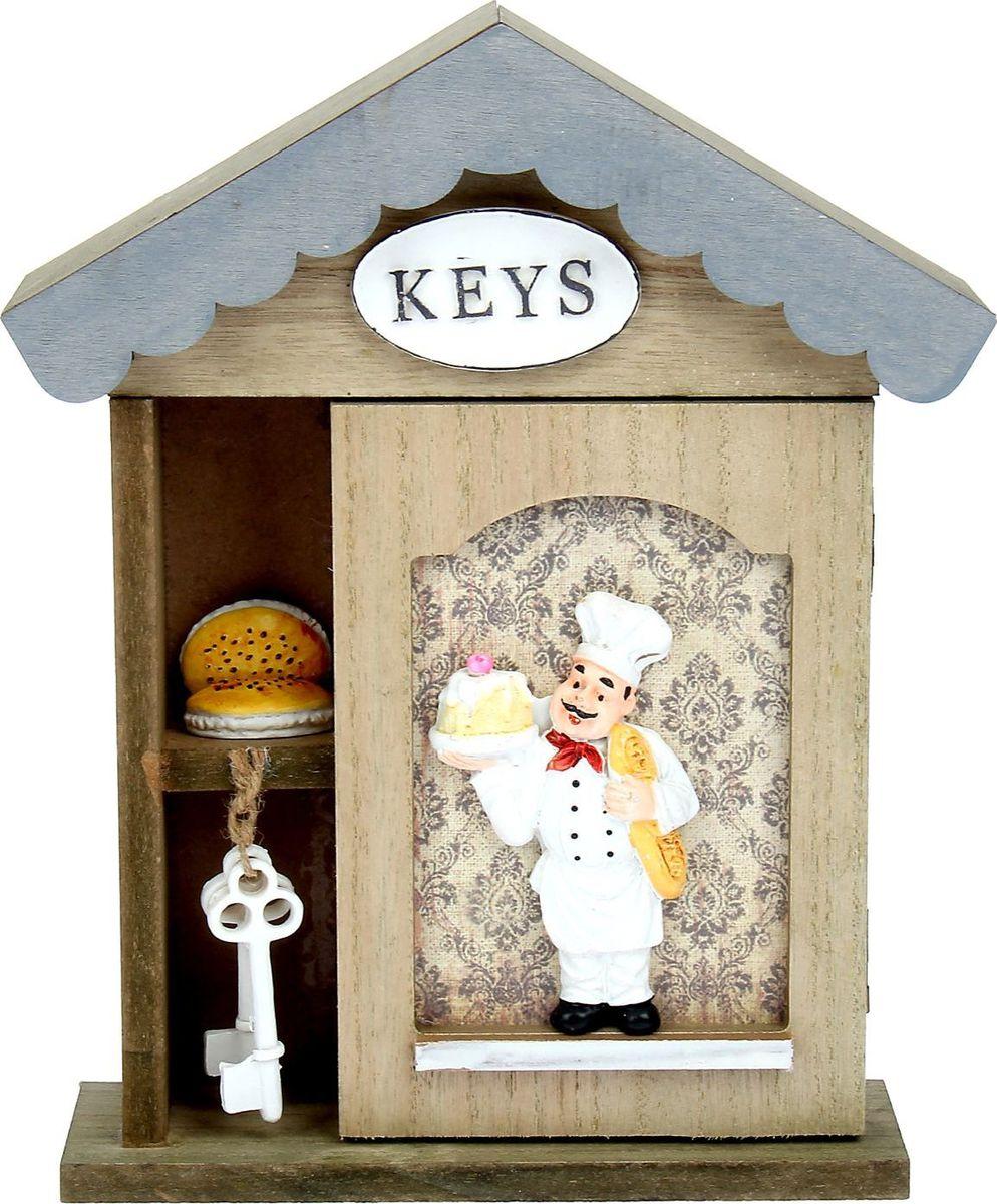 Ключница настенная Поваренок, 26,5 х 19 х 6,2 см842262Стильная ключница с фигуркой повара в белоснежном колпаке станет оригинальным украшением домашнего интерьера и позволит вам хранить в одном месте все имеющиеся связки ключей: от дома и дачи, от гаража и офиса. Она порадует не только эффектным внешним видом, но и высоким качеством и будет служить вам верой и правдой долгое время. Предмет, сочетающий в себе практичность и элегантность.
