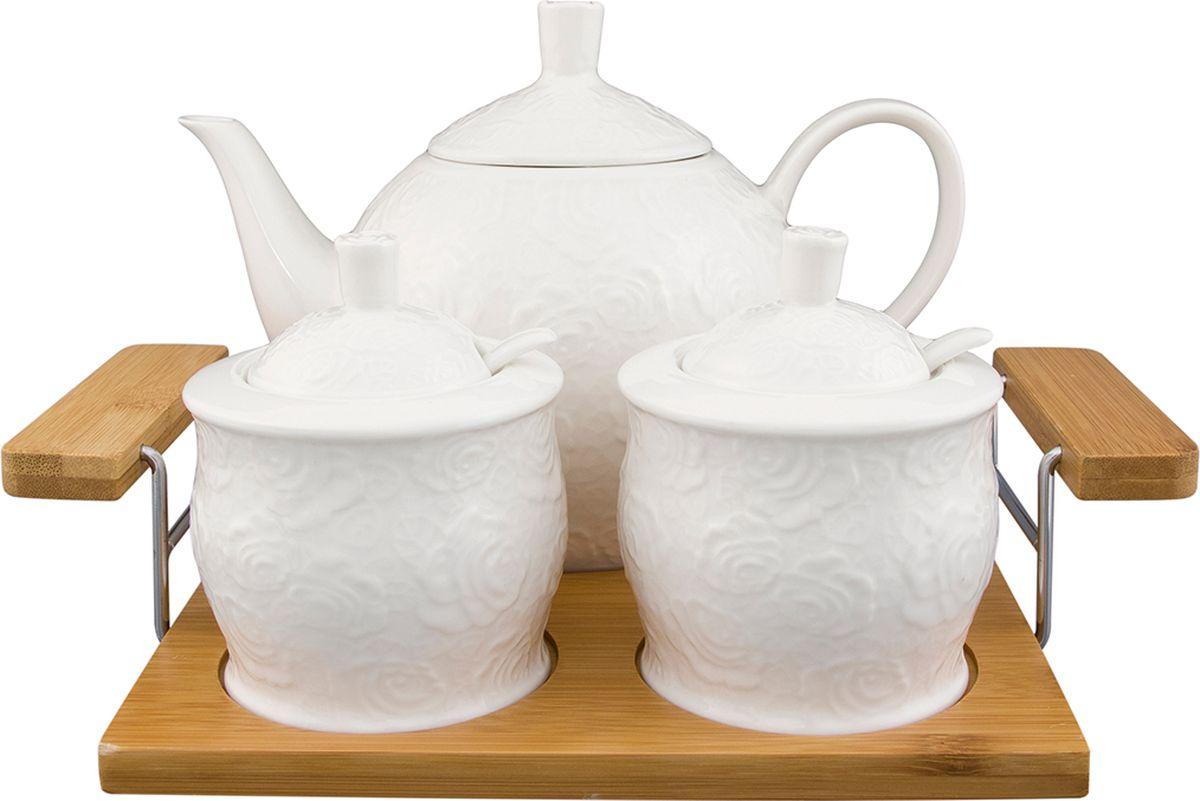 Набор чайный Elan Gallery Белые розы, на деревянном подносе, 5 предметов. 860023860023Чайный набор - замечательный подарок по любому поводу. Для любителей долгих душевных чаепитий. Объем чайника 1300 мл., объем сахарницы 350 мл., объем банки для варенья 350 мл.