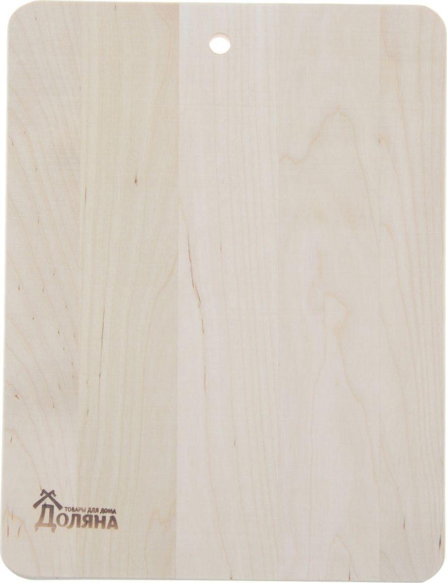 Доска разделочная Доляна Классика, береза, 280 х 230 мм1301850Доска из качественного дерева по праву считается самой надёжной: она имеет высокую прочность, устойчива к сильным нагрузкам. Используя её, вы не затупите ножи. Разделочная доска не разбухает в воде, не впитывает влагу, устойчива к запахам.Дизайн.Доска из натурального дерева имеет приятный и естественный цвет. Специальное отверстие в её верхней части позволит подвесить разделочную доску на стену для удобства хранения. Доска из дерева может служить прекрасной подставкой для горячего.Уход.Чтобы ваша доска служила вам верой и правдой долгие годы, советуем следовать простым правилам. Они помогут вам сохранить её внешний вид и все потребительские качества:допускается только ручное мытьё, не кладите доску в посудомоечную машинку;не оставляйте разделочную доску отмокать в воде, мойте её только проточной водой до или после остальной посуды;отмывать доску необходимо под горячей водой, а ополаскивать — в холодной;сушите доску на воздухе, в подвешенном состоянии;для дезинфекции раз в месяц протирайте доску разведённым уксусом или лимонным соком.Если вы будете грамотно заботиться о своих кухонных помощниках, любой процесс приготовления пищи станет лёгким и приятным.