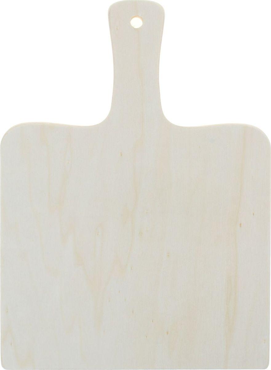 Доска разделочная Доляна, с ручкой, 220 х 300 мм834899Разделочная доска – один из наиболее древних кулинарных инструментов. С течением времени традиционный предмет кухонной утвари изменился в минимальной степени. Это по-прежнему плоская подставка, служащая для разрезания продуктов питания в ходе готовки или сервировки стола.Доска разделочная с ручкой 22х30 см представляет собой классический вариант, изготовленный из дерева. Экологически безопасная модель отличается простым и вместе с тем обаятельным дизайном. В нашем каталоге вы можете выбрать сдержанную геометрию или оригинальные фигуры.Предлагаемая модель крайне непритязательна в уходе. Однако не стоит подвергать ее автоматической мойке, иначе поверхность бытовой помощницы станет шершавой.