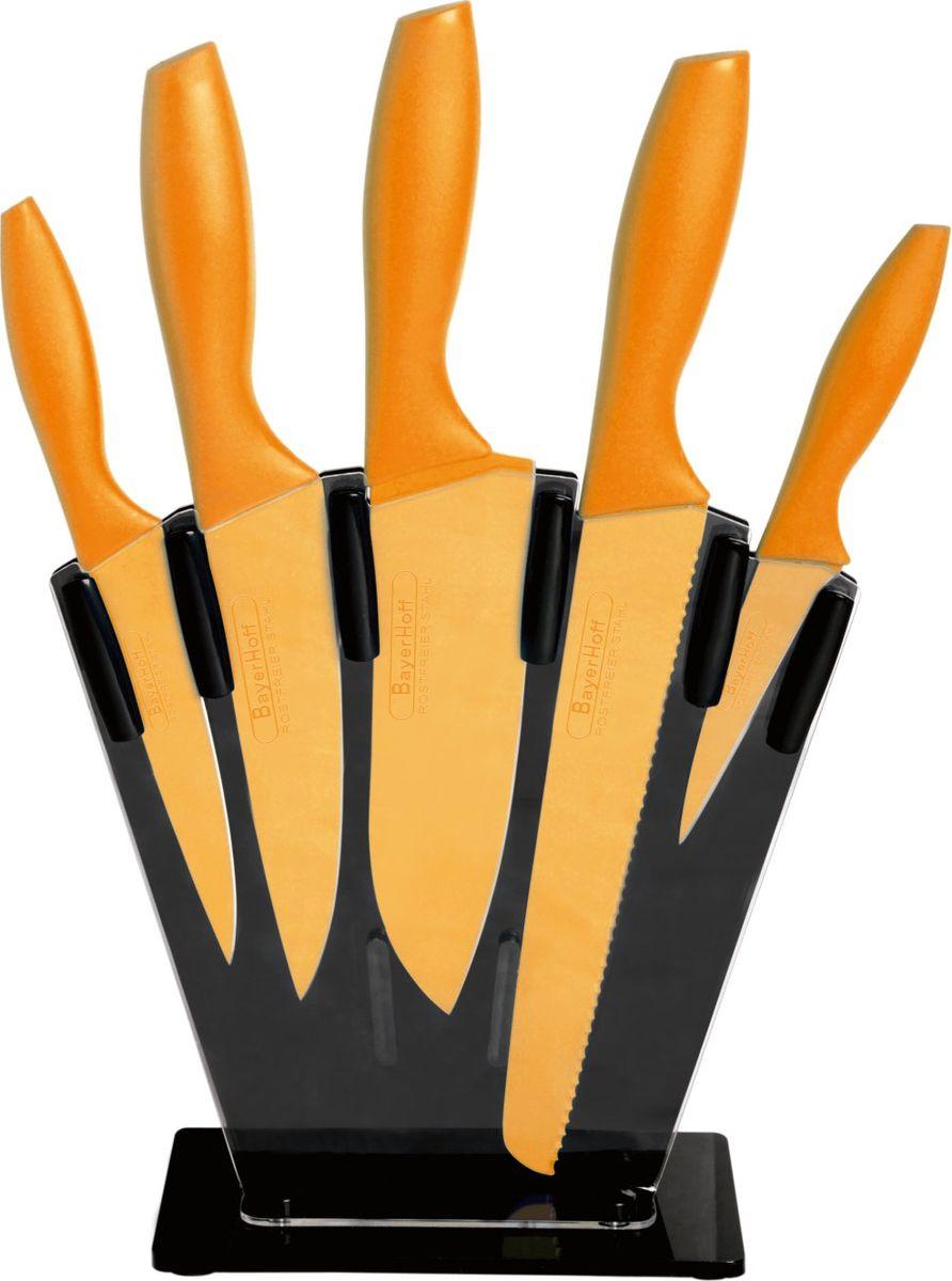 """Набор """"Bayerhoff"""" включает нож для хлеба, нож поварской, нож для нарезки, нож универсальный, нож для очистки овощей и стильную подставку. Лезвия ножей выполнены из нержавеющей стали с цветным покрытием, которое предотвращает прилипание продуктов. Лезвия легко моются, не ржавеют, не оставляют запаха металла на еде, устойчивы к царапинам. Покрытие не выгорает и не шелушится в повседневном использовании. Рукоятки ножей выполнены из пластика.Ножи имеют красочный привлекательный внешний вид. Они дополнят интерьер вашей кухни и помогут в ежедневном приготовлении пищи.Подставка выполнена из прочного пластика.Нож для хлеба: длина лезвия 200 мм, толщина лезвия 1,2 мм.Нож поварской: длина лезвия 150 мм, толщина лезвия 1,2 мм.Нож для нарезки: длина лезвия 150 мм, толщина лезвия 1,2 мм.Нож универсальный: длина лезвия 130 мм, толщина лезвия 1,0 мм.Нож для очистки овощей: длина лезвия 95 мм."""
