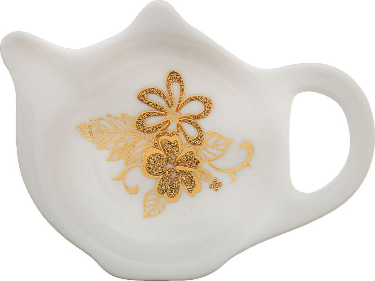 Подставка под чайный пакетик Доляна Натали, цвет: белый, золотой, 8,8 х 7 х 1,5 см1610272Согласитесь, и профессиональному повару, и любителю поэкспериментировать на кухне, и тому, кто к стряпанью не имеет никакого отношения, не обойтись без элементарных предметов, таких как подставка под чайный пакетик Доляна Натали.Посуда, столовые принадлежности, аксессуары для приготовления и хранения пищи - незаменимые вещи для всех, кто хочет порадовать свою семью аппетитными блюдами. Душевная атмосфера и со вкусом накрытый стол всегда будут собирать в вашем доме близких и друзей.Размер: 9 х 6,5 см.
