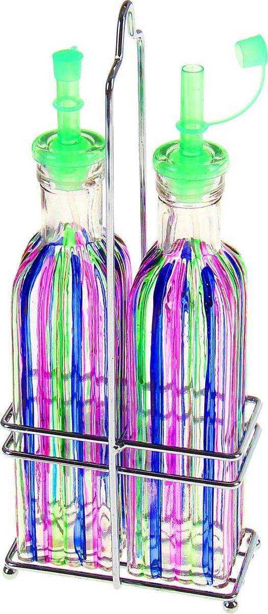 Набор бутылей для соуса и масла на подставке Доляна Галерея, 300 мл, 2 предмета868955Многие хозяйки регулярно сталкиваются с неудобным хранением масла или уксуса в заводской таре. Легко решить проблему помогут специальные бутыли. У них тонкие горлышки и герметичные крышки, поэтому ёмкостями удобно пользоваться. Оцените и другие преимущества: привлекательный дизайн; высокопрочное стекло; вместительность; Такой помощник необходим не только во время приготовления блюд, но и для их сервировки. Красивая пара бутылочек удачно дополнит декор. Кроме того, ваши гости всегда смогут приправить блюдо по своему вкусу.