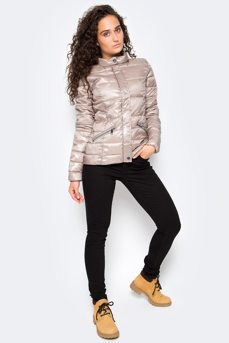 Куртка женская Tom Tailor, цвет: серый металлик. 3555005.00.71_1000. Размер M (46)3555005.00.71_1000Утепленная стеганая куртка Tom Tailor выполнена из ветрозащитного материала. Модель с длинными рукавами и воротником-стойкой застегивается на молнию и имеет ветрозащитный клапан на кнопках. Спереди куртка дополнена прорезными карманами на молниях.