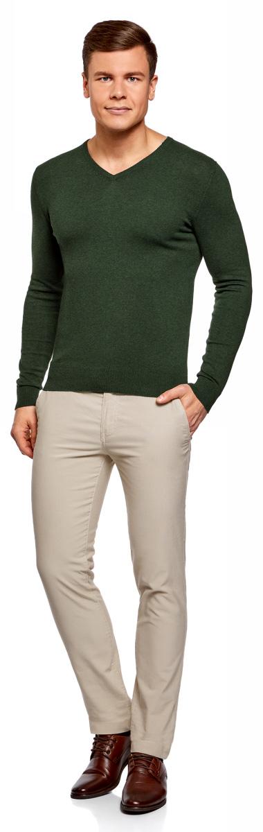Пуловер мужской oodji Basic, цвет: темно-зеленый меланж. 4B212004M-1/34390N/6900M. Размер S (46/48)4B212004M-1/34390N/6900MБазовый пуловер от oodji с V-образным вырезом. Облегающая модель прямого кроя из тонкой пряжи. V-образный вырез обработан узкой трикотажной резинкой. Широкая вязаная резинка использована для манжетов и оформления нижнего края пуловера.Тонкий трикотаж комфортен, долговечен, эффективно регулирует теплообмен и позволяет коже дышать. Такие замечательные свойства обеспечивает материалу хлопок с небольшой долей полиамида. Пуловер отлично сидит на любой фигуре.Стильный базовый пуловер выручит вас во многих ситуациях. Он легко сочетается с любыми вещами. В официальной обстановке эта модель будет элегантно выглядеть с узкими классическими брюками и тонкой рубашкой с галстуком. Завершат образ туфли дерби или оксфорды. В неофициальном варианте тот же комплект станет подчеркнуто неформальным, если рубашку оставить навыпуск, а рукава закатать до локтя. Надев пуловер с футболкой и джинсами, вы создадите универсальный городской лук для дружеских встреч и отдыха на природе. В этом случае можно остановить свой выбор на мокасинах, кроссовках, топсайдерах.Тонкий базовый пуловер – стильная штучка в вашем гардеробе!