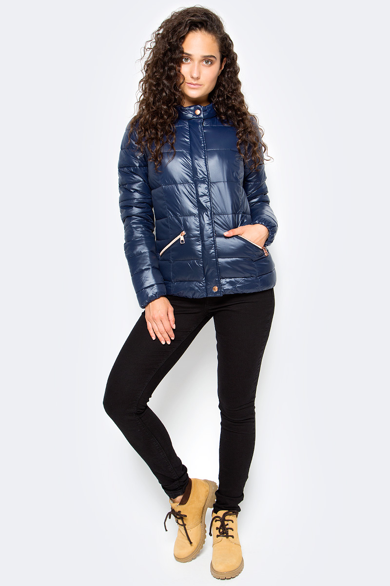 Куртка женская Tom Tailor, цвет: синий. 3555005.00.71_6593. Размер XL (50)3555005.00.71_6593Утепленная стеганая куртка Tom Tailor выполнена из ветрозащитного материала. Модель с длинными рукавами и воротником-стойкой застегивается на молнию и имеет ветрозащитный клапан на кнопках. Спереди куртка дополнена прорезными карманами на молниях.