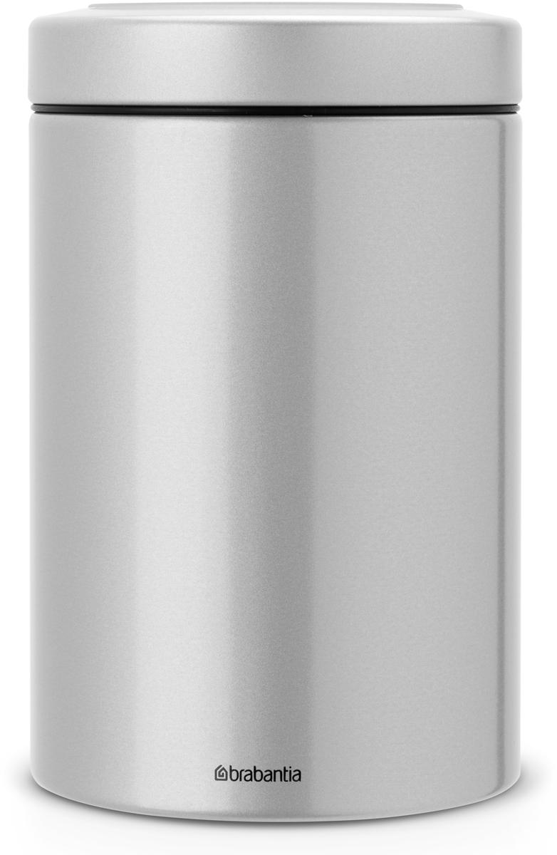 Контейнер для сыпучих продуктов Brabantia, цвет: серый металлик, 1,4 л. 484568484568Контейнеры Brabantia для сыпучих продуктов позволяют дольше сохранить ваш кофе, чай, макаронные изделия и другие продукты свежими. Крышка плотно закрывается и не пропускает запахи, что позволяет дольше сохранить аромат и свежесть продуктов.Контейнер изготовлен из антикоррозийной стали с защитным покрытием и легко чистится благодаря гладкой внутренней поверхности.Контейнер Brabantia объемом 1,4 л вмещает 500 г кофе или 1 кг сахара.