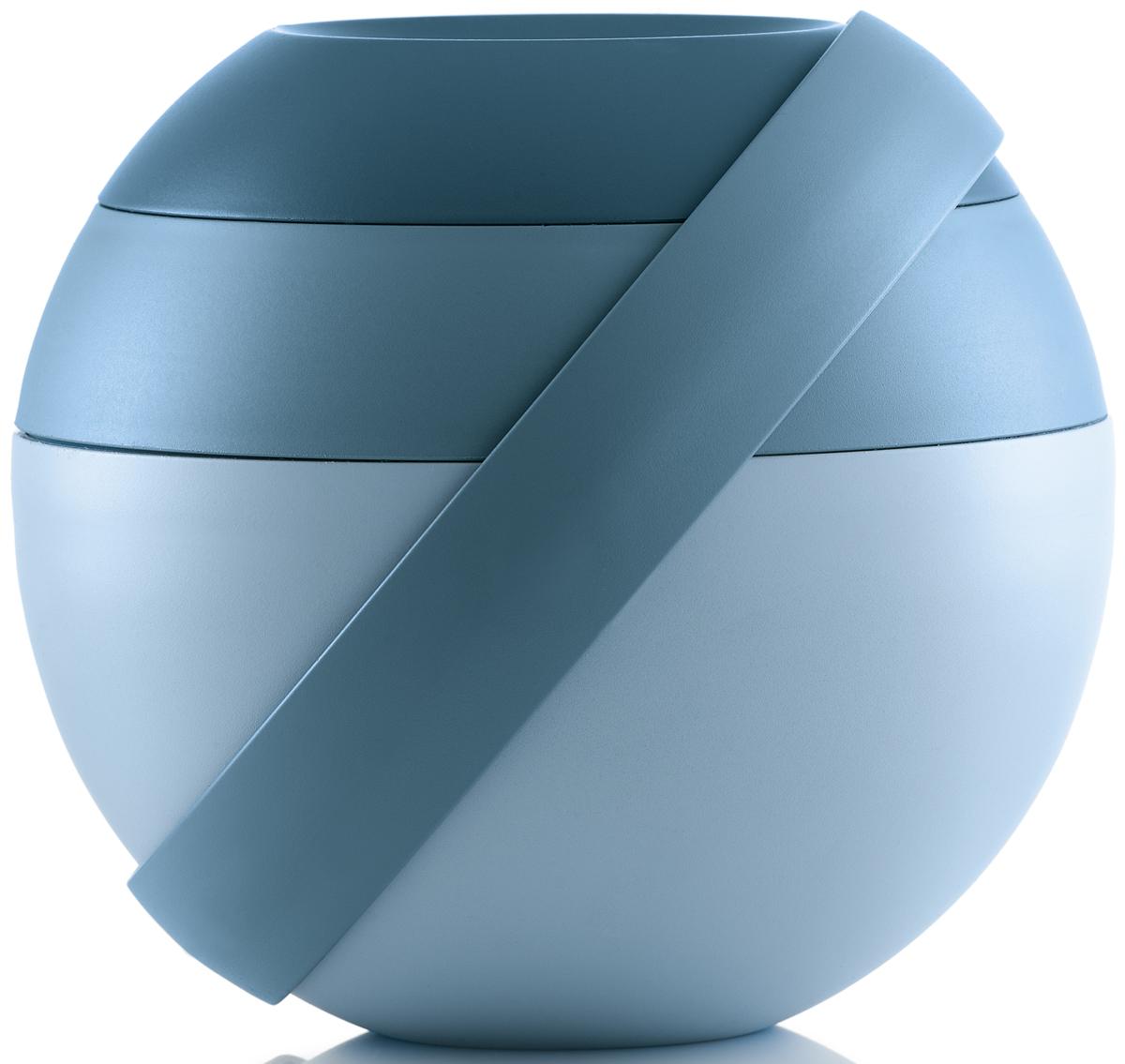 Ланч-бокс для салатов Guzzini Zero, цвет: синий, 388 мл + 780 мл100100161Ланч-бокс Zero является продолжением знаменитой линейки дизайнерских объектов от Guzzini, форма которых представляет собой шар. Он создан специально для тех, кто любит перекусить на ходу и хочет получать полезные вещества и ингредиенты, даже если находится в дороге. Он состоит из двух герметичных и вместительных чаш с крышкой, между которыми помещаются столовые приборы. Небольшая третья чаша сверху предназначена для соусов и приправ. При желании пластиковые вилка и ложка соединяются в удобные щипцы для салата.Ланч-бокс открывается и закрывается с помощью стильной ручки-пояса, которая также может менять свое положение. Когда пояс расположен вертикально, ланч-бокс закрыт и готов для транспортировки. Если нужно поставить его на поверхность, то наклоните ручку немного вбок, а для открытия приведите в горизонтальное положение. Ланч-бокс отлично подойдет для салатов, легких закусок, орехов и фруктов. Объем средней чаши - 388 мл. Нижней - 780 мл. Не содержит вредных примесей и бисфенола-А. Можно мыть в посудомоечной машине. Не использовать в микроволновой печи.