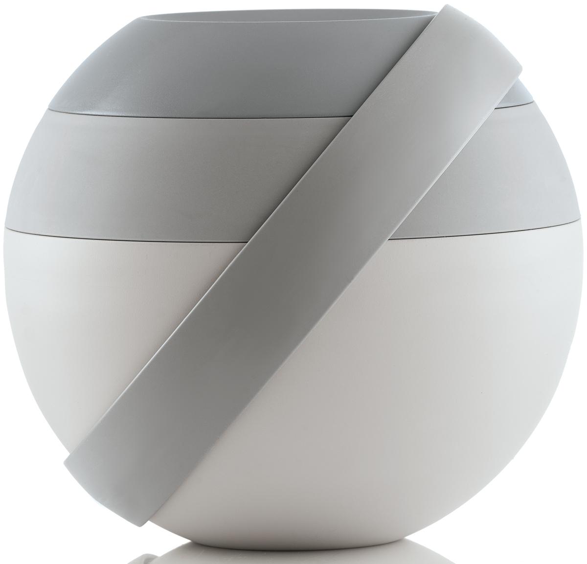 Ланч-бокс для салатов Guzzini Zero, цвет: серый, 388 мл + 780 мл100100162Ланч-бокс Zero является продолжением знаменитой линейки дизайнерских объектов от Guzzini, форма которых представляет собой шар. Он создан специально для тех, кто любит перекусить на ходу и хочет получать полезные вещества и ингредиенты, даже если находится в дороге. Он состоит из двух герметичных и вместительных чаш с крышкой, между которыми помещаются столовые приборы. Небольшая третья чаша сверху предназначена для соусов и приправ. При желании пластиковые вилка и ложка соединяются в удобные щипцы для салата.Ланч-бокс открывается и закрывается с помощью стильной ручки-пояса, которая также может менять свое положение. Когда пояс расположен вертикально, ланч-бокс закрыт и готов для транспортировки. Если нужно поставить его на поверхность, то наклоните ручку немного вбок, а для открытия приведите в горизонтальное положение. Ланч-бокс отлично подойдет для салатов, легких закусок, орехов и фруктов. Объем средней чаши - 388 мл. Нижней - 780 мл. Не содержит вредных примесей и бисфенола-А. Можно мыть в посудомоечной машине. Не использовать в микроволновой печи.