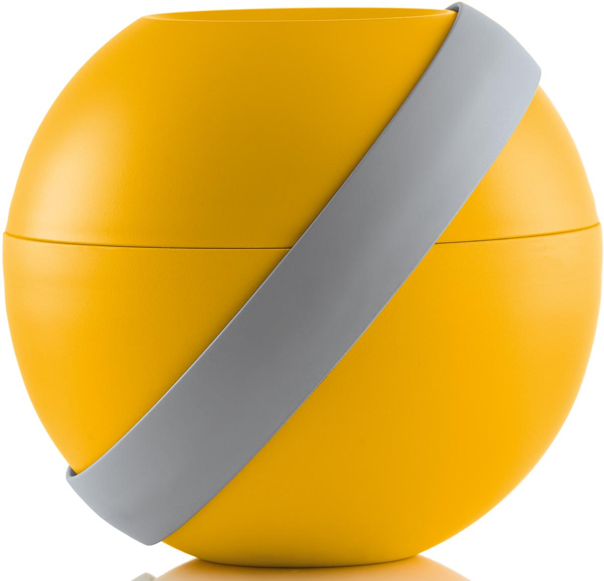 Ланч-бокс для салатов Guzzini Zero Chilled, цвет: желтый,  мл + 780 мл100101165Ланч-бокс Zero Chilled является продолжением знаменитой линейки дизайнерских объектов от Guzzini, форма которых представляет собой шар. Он создан специально для тех, кто любит перекусить на ходу и хочет получать полезные вещества и ингредиенты, даже если находится в дороге. Он состоит из двух герметичных и вместительных чаш с крышкой, между которыми помещаются столовые приборы и охлаждающий элемент с отверстием для йогурта в центре. При желании пластиковые вилка и ложка соединяются в удобные щипцы для салата.Ланч-бокс открывается и закрывается с помощью стильной ручки-пояса, которая также может менять свое положение. Когда пояс расположен вертикально, ланч-бокс закрыт и готов для транспортировки. Если нужно поставить его на поверхность, то наклоните ручку немного вбок, а для открытия приведите в горизонтальное положение. Ланч-бокс отлично подойдет для салатов, легких закусок, орехов и фруктов. Объем верхней чаши -  мл. Нижней - 780 мл. Не содержит вредных примесей и бисфенола-А. Можно мыть в посудомоечной машине. Не использовать в микроволновой печи.